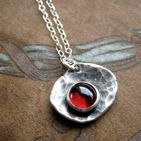 Handgjort halsband i sterling silver och granat - Tattered Petal - Epla.se 3ea7cbc3d32cb